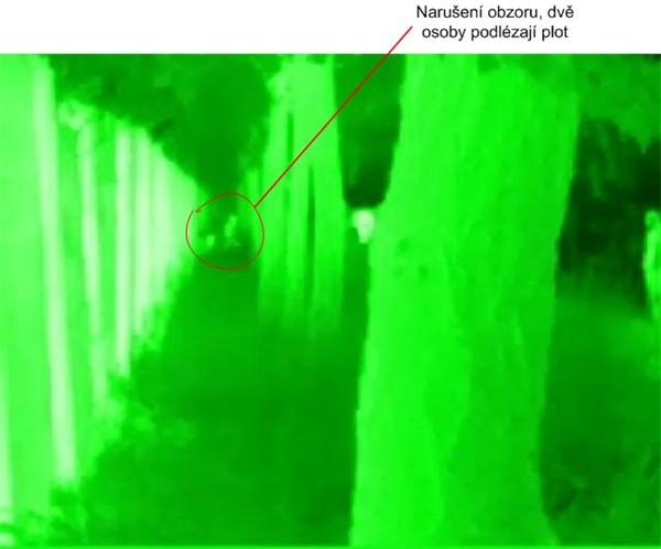Záběr z termovizní kamery za úplné tmy kdy systém detekoval pohyb osob ve vzdálenosti 150m v ochranném pásmu VIP zóny. Díky včasné informaci byly nežádoucí návštěvníci chyceny a vyvedeny z areálu RFP. Naše termovizní kamera je díky tomuto incidentu každoročním vybavením VIP zóny na Rock for People.